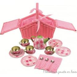 Service à thé dans un panier rose