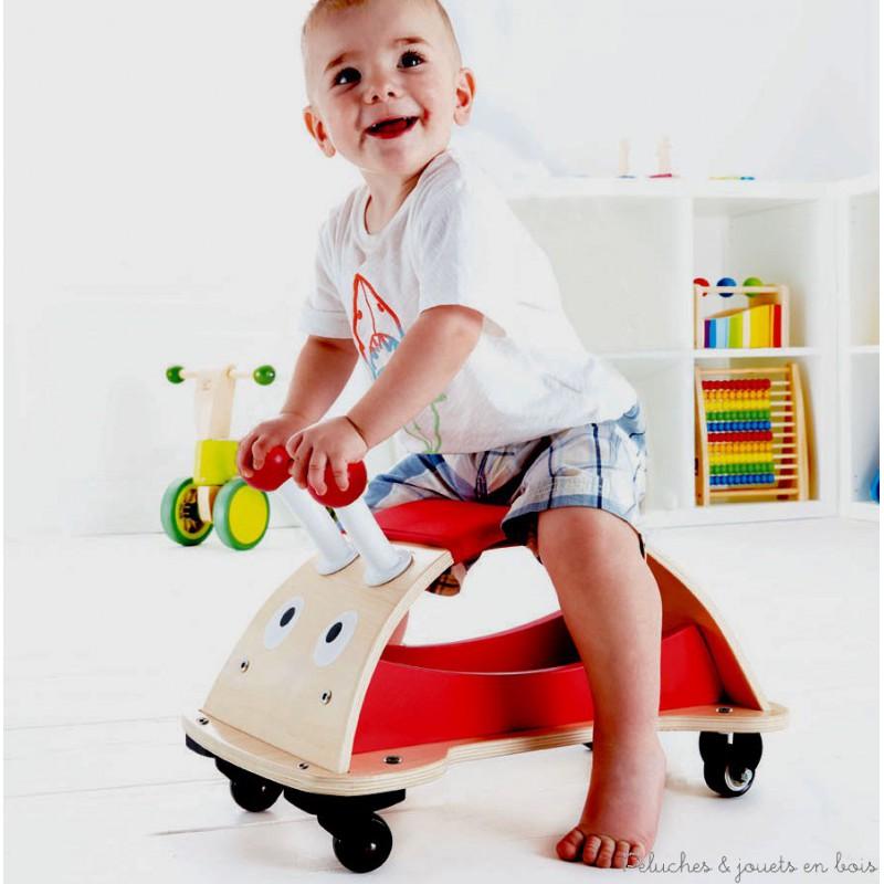 Un porteur trotteur en bois coccinelle multidirectionnel de la marque Hape. Rigolo et sympathique, il est bien stable sur ses quatres roues et permet, grâce à ses antennes, de bien se tenir pour partir trotter partout dans la maison. A partir de 1 an+