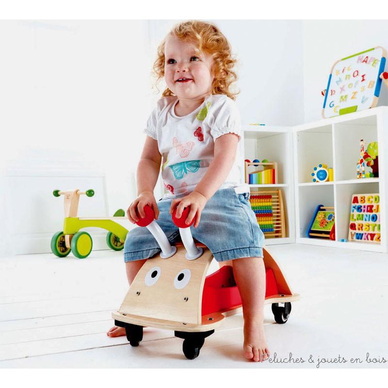 Ce jouet en bois fait partie de la collection Push & Pull : Jouets à tirer et à pousser signée Hape, comme tous les autres jouets suivants de cette collection qui sont vendus séparemment dans notre boutique : Escargot à tirer trieur boite à formes, Canne à pousser papillon, Porteur scooter en bois, Petit porteur trotteur rouge, Chariot de marche avec cubes.