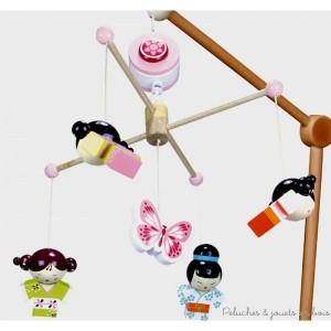 Ce Mobile musical thème Kokeshi de la marque Le Coin des enfants, sera idéal pour éveiller bébé en douceur. C'est aussi une idée de cadeau de naissance pour décorer la chambre de bébé. A partir de 0m+