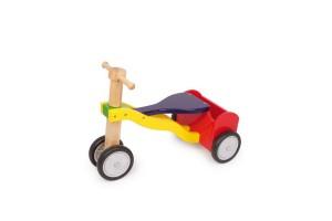 Cette draisienne bois à quatre roues est un tricycle bébé très stable en bois vernis naturel et coloré qui possède un petit porte-bagages à l'arrière, tandis que les deux roues avant sont suffisamment rapprochées pour permettre à l'enfant de bien se diriger tout en apportant aux débutants la stabilité requise !