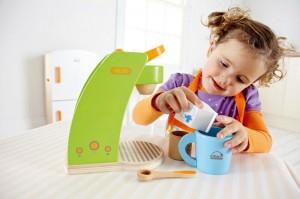 Deux tous nouveaux jeux en bois sont déjà devenus un must des coffres à jouets des petites filles ! Merveilleux jeu d'imitation conçu en bois voici une cafetière à capsules de café, presque comme celle de Maman, pour jouer à la dinette.