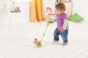 Pour le bébé qui commence à marcher, quel plaisir que de pousser ou de tirer ces petits jouets en bois coloré.