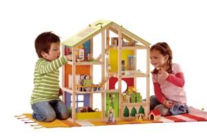 Chaque pièce de cette maison de poupées en bois est gaiement décorée et meublée ; et il y a aussi un jardin équipé et une terrasse pour prendre le soleil !