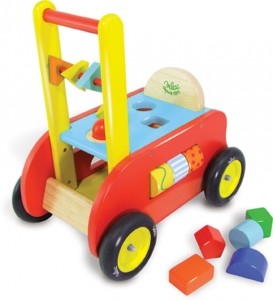 Porteur trotteur bébé et chariot d'activités signé Vilac : Trois en un pour ce chariot à pousser en bois, qui devient un porteur au fil du développement de l'enfant. De nombreuses activités permettent de développer la préhension, la logique et la dextérité.
