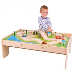 Circuit de petites voitures en bois proposé avec un décor et une table de jeu