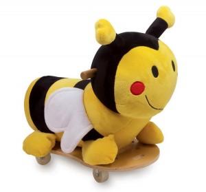 Un porteur trotteur bébé peut aussi être en peluche. Cette petite abeille aux couleurs vives est adorable ! Grâce aux 4 roues à roulement à bille qui tournent à 360 °, les petits bolides maîtrisent sans danger les virages les plus serrés !