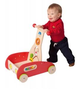 Bébé apprend à marcher tout en s'amusant avec ce chariot de marche qui sert en plus de coffre à jouets.