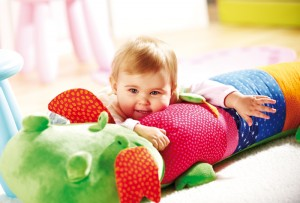 Ce grand coussin d'activité Dragon proposé par Sigikid est un jouet d'éveil en tissu par excellence, Bébé pourra jouer, s'allonger dessus, s'adosser ou le serrer très fort dans ses bras. Avec fonction hochet, pouet pouet, feuille froissante et crécelle vibrante.
