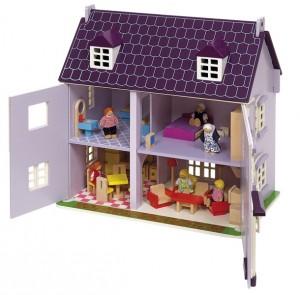Cette petite maison de poupées entièrement en bois se compose de 4 pièces : une cuisine-salle à manger accueillante, un salon confortable au Rez-de chaussée, une chambre à coucher et une salle de bains à l'étage.