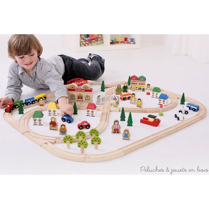 Ce grand circuit de train en bois sur le thème de la ville et de la campagne de la marque de train Bigjigs compatible avec les trains des autres grandes marques comprend 101 pièces en bois. A partir de 3 ans+
