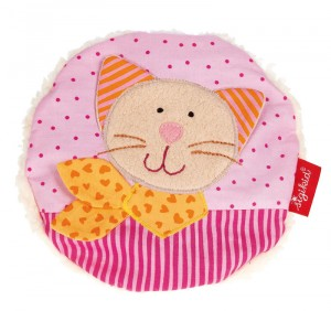Voici le coussin bouillotte chat avec noyaux de cerises : qu'il soit froid ou chaud le sympathique coussin bouillotte bébé avec de noyaux de cerises apaise les douleurs et console en cas de petit malheur.
