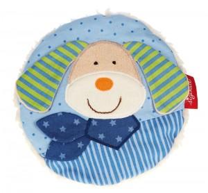 toujours dans la gamme des bouillottes peluches très pratiques, voici le coussin bouillotte chien : Retirer tout simplement le petit sac de l'intérieur de l'animal et chauffer le au four à micro-ondes ou bien le refroidir au congélateur. Ce coussin bouillotte qui est en coton, avec un bourrage d'ouate de polyester, est lavable à 30 °C !