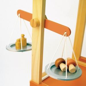 Pour jouer à la marchande quoi de plus utile que la balance en bois livrée avec ses poids !