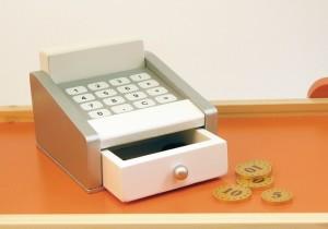 Pour jouer à la marchande quoi de plus indispensable que la caisse enregistreuse avec ses pièces et ses billets.