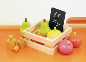 …Livrée avec plus de 50 accessoires en bois : fruits, légumes, balance avec des poids, caisse enregistreuse, argent, cagette…