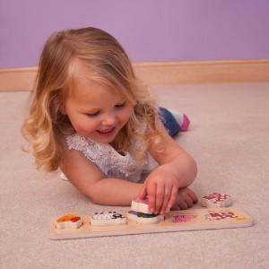 Les puzzles et les encastrements en bois sont particulièrement adaptés aux bébés en raison de leur solidité, mais aussi parce qu'ils sont faciles à saisir.