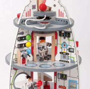 Le vaisseau spatial en bois de la marque Hape-Educo a tout ce qu'il faut pour un petit garçon pour jouer aux cosmonautes qui partent à la découverte de la Galaxie !