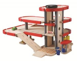 le garage-parking en bois signé Plantoys pour que votre enfant joue avec ses petites voitures en bois