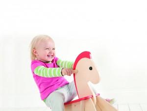 le cheval à bascule est un jeu qui enthousiasme les bébés dès 9 à 10 mois et pour longtemps