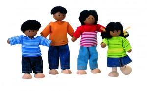 Famille de poupées articulées en bois signées PlanToys : ici la familles ethnique...sont également proposées par la marque beaucoup d'autres types et styles de poupées articulées sont proposées également