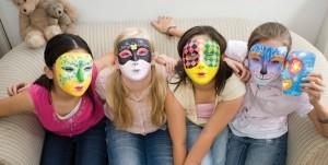 """encore un autre kit de 4M Kidslabs : """"peindre ton propre masque"""""""