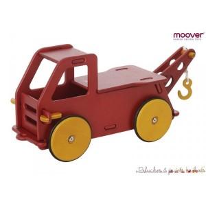Ce porteur camion grue rouge en bois Moover est un jouet stable et sur que l'on peut transporter partout. Adapté de 12m à 36 mois
