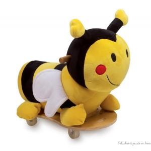 Adorable, ce petit porteur abeille en peluche aux couleurs vives! Grâce aux 4 roues en plastique dur à roulement à bille qui tournent à 360 °, les enfants maîtrisent sans danger les virages les plus serrés! Les poignées de bois naturel verni offrent une bonne prise. Hauteur d'assise 26 cm. Dimensions 52 x 49 cm.