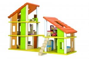 la maison chalet meublé signée Plantoys est une maison de poupées très bien équipées avec différents accessoires :  elle est livrée avec son mobilier et tous les escaliers. . Elle se compose de deux parties à réunir. La première partie sur trois étages magnifiques et spacieux tandis que la seconde partie s'organise autour de deux étages. Le toit de cette maison de poupée moderne est très grand.