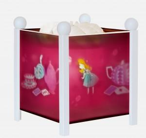 Lanterne magique de la marque Trousselier sur le thème d' Alice de couleur blanche avec une ampoule 12V, adaptée aux tout petits dès la naissance.