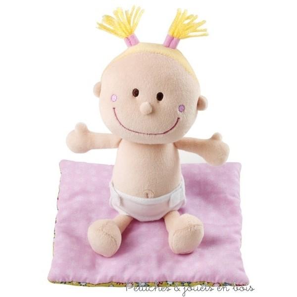 Bébé Chloé est couchée confortablement dans son petit couffin douillet, en dessous de sa couverture. Au réveil, on change le lange. C'est tellement chouette d'être bébé. Avec leurs velcros le lange et le pyjama sont faciles à enlever et remettre pour des petites mains. Ce jeux de rôle stimule l'imagination et favorise l'apprentissage de l'habillage et du déshabillage.
