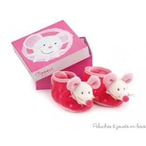 Une adorable paire de chaussons rose avec la tête de Twiggy, la mignonne souris blanche signée Egmont Toys. Taille 3/9 mois  Livrés dans une très jolie boite assortie, idéal pour un cadeau de naissance..