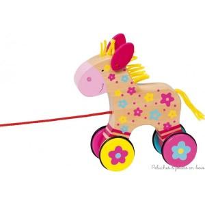 Ce sympathique petit cheval en bois peint, prénommé Clahra, est un animal à tirer de la marque Goki que l'enfant, dès ses premiers pas, s'amuse beaucoup à tirer derrière lui  !