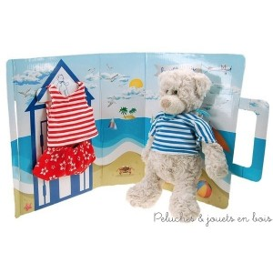 L'ours Tony à la plage de la marque Les Petites Marie, s'habille d'un t-shirt marin rayé rouge et blanc, un short hawaien rouge à fleurs blanches et un t-shirt marin rayé bleu et blanc. Le coffret original peut servir de décors de plage !