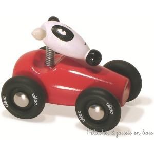 Le très célèbre chien Toby en petite voiture de course en bois massif laqué, jouet destiné aux 2 ans+ et signé Vilac