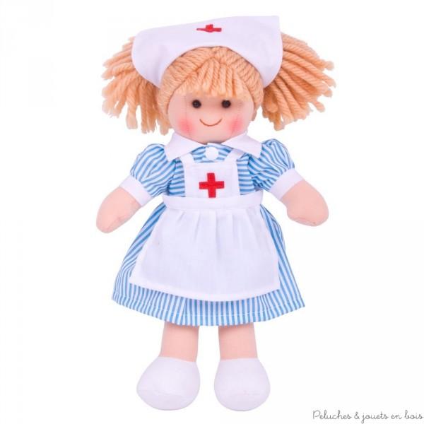 Une adorable poupée de chiffon de 28 cm prénommée Victoire avec une tenue d'infirmière 1 an+