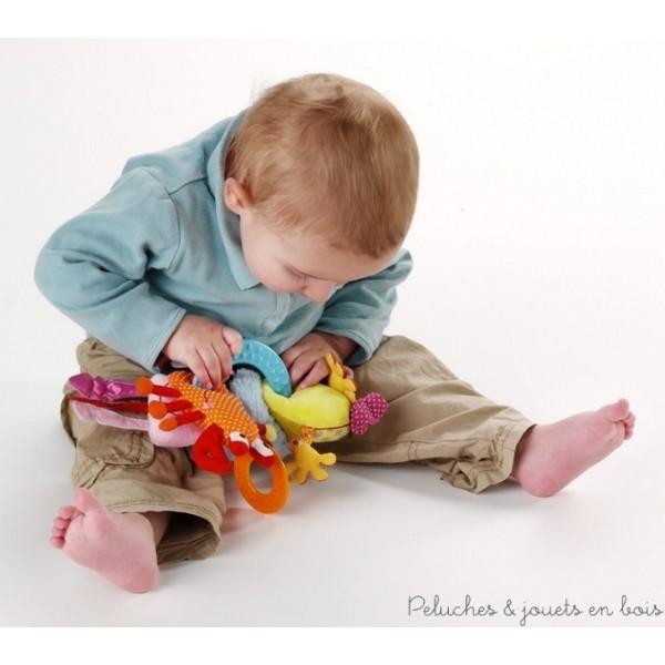 Ce trousseau de clés est composé d'un anneau de dentition et de 5 amis de l'eau : Anouk le pingouin, roméo le crapaud, oscar le crabe, une pieuvre et un poisson. Chaque personnage est réalisé dans une matière différente, ils cachent une panoplie d'activités et différents sons (bruit de papier, hochet, pouet...) muni d'un scratch il peut s'attacher et s'emmener partout. 100% polyester, lavable en machine à 30° cycle délicat. Dimensions 26 x 26 cm.