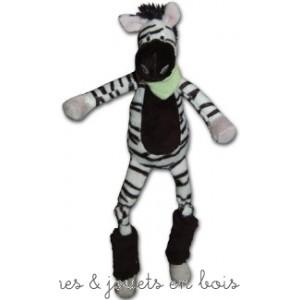 Dans la collection jungle des longues pattes voici célèbre le zèbre, souriant doux et câlin, il sera le compagnon idéal de bébé ! livré dans une jolie boite en bois cylindrique.