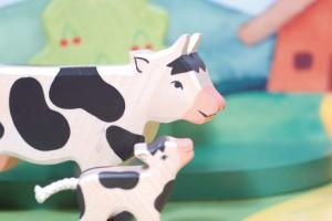 la vache et son veau sont des figurines Holztiger de la collection ferme, jouets en bois de hêtre ou d'érable fabriqués à la main en Europe
