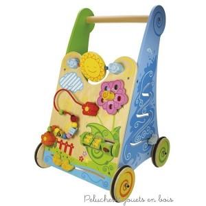 Grâce à ce chariot de marche centre d'activité bébé apprendra à faire ses premiers pas à son rythme et découvrira un univers ludique et coloré. Ce jouet encourage a identifier les formes et les couleurs, il developpe la motricité et la motricité fine ainsi que la confiance en soi. Les anneaux en caoutchouc sur les roues lui assurent un faible bruit et une régularité de roulement. Taille 55 cm. x 32 cm.