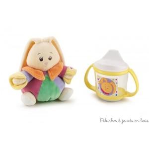 Pour séduire bébé dès les premiers jours de sa vie cet adorable coffret cadeau comprend un joli lapin hochet très coloré et original, ainsi qu'une tasse anti-fuite munie de deux poignées pour une bonne prise en main et un fond anti-glisse. En retirant le couvercle elle se trasforme en gobelet. L'ensemble est présenté en boite cadeau. Taille du lapin 15cm Diamètre de la tasse 8cm. Sans bisphénol A. Livré avec sa boite Trudi