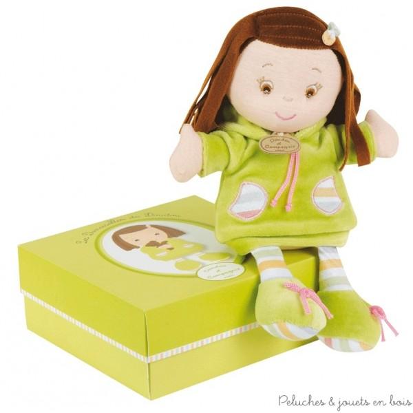 Une ravissante Demoiselle de Doudou verte, souple et douce associée a une jolie boite verte décorée. Cette demoiselle est idéale pour les petites mains dès la naissance. Dimensions 26 cm. Normes CE. Conditionnement : Boîte Cadeau