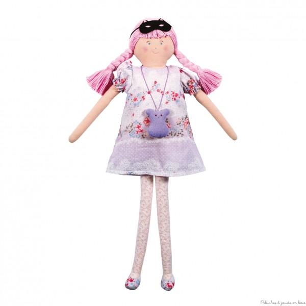 Cette grande Poupée de 50 cm, prénomée Pauline, est une poupée de chiffon masquée de couleur parme et habillée sur un thème Fleurs; elle est de la marque Trousselier et est adaptée aux petites filles à partir de 18 mois et plus