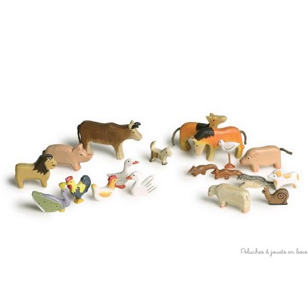 Un groupe de 20 animaux sculptés avec style. Dimensions 12 x 8 cm.