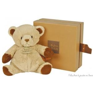 Dans la collection Ours gourmandise chocolat d'Histoire d'Ours, un adorable Ours Chocolat au Lait. Dimensions 22 cm. Livré dans sa boite cadeau assortie et avec une étiquette senteur chocolat au lait.