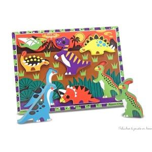 Un premier puzzle à grosses pièces en bois sur le thème des dinosaures à encastrer facilement grâce à la taille de la pièce et au dessin sur le plateau de jeu ou tout simplement pour jouer car les petits dinosaures tiennent debout. Dimensions 30,5 x23 cm.