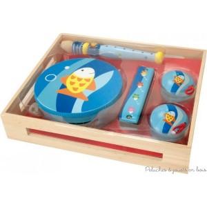 """Un set de 4 instruments de musique sur le thème """"Poisson"""". Ce set comprend une flûte, un tambourin, un harmonica et des castagnettes, le tout dans une petite caissette en bois. Dimensions du set 29 x 24 cm."""