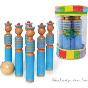 Un set de 6 quilles marins grand modèle en bois et deux boules dans un sac avec poignée fabriqué en France par Vilac. A partir de 3 ans+
