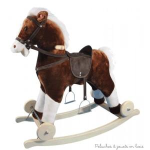 Ce cheval à bascule et à roulette tout doux est équipé d'une selle, d'étriers et d'un licol. Il hennit et le bruit du galop retentit lorsqu'on lui presse l'oreille. Il se transforme en cheval à roulette pour pouvoir se déplacer. Dimensions : 74 x 35 x 67 cm.