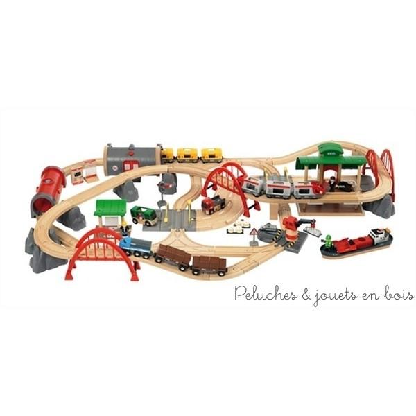 Un circuit de chemin de fer Deluxe de la marque de train Brio qui comprend 87 pièces de jouets fabriqués en bois de hêtre.